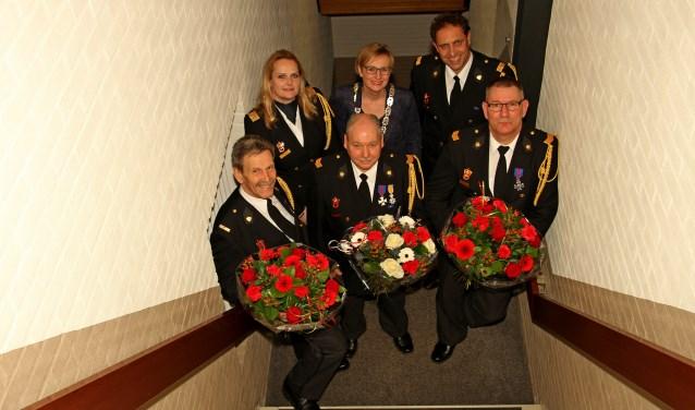 Teamleider Wencke Peppelman, burgemeester Marianne Besselink en postcommandant René Jolink met jubilarissen Arie Wassink, Han Hobelman en Henri Wassink. Foto: Liesbeth Spaansen
