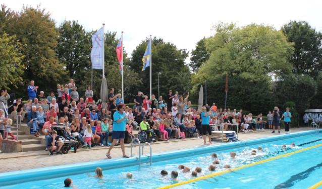 Na een seizoen zwemles in Steenderen is afzwemmen een feest. Foto: Jill Mellendijk
