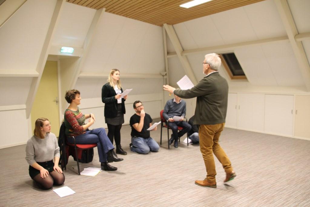 Regisseur Ben Donderwinkel geeft aanwijzingen. Foto: Annekée Cuppers  © Achterhoek Nieuws b.v.