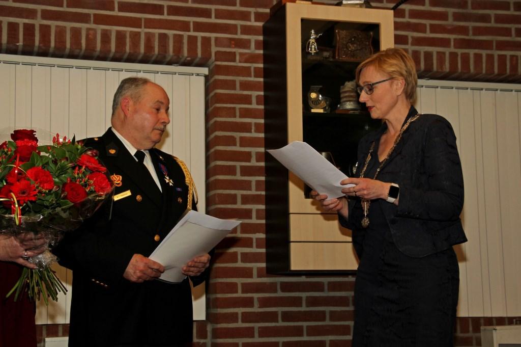 Han Hobelman wordt toegesproken door burgemeester Marianne Besselink. Foto: Liesbeth Spaansen  © Achterhoek Nieuws b.v.