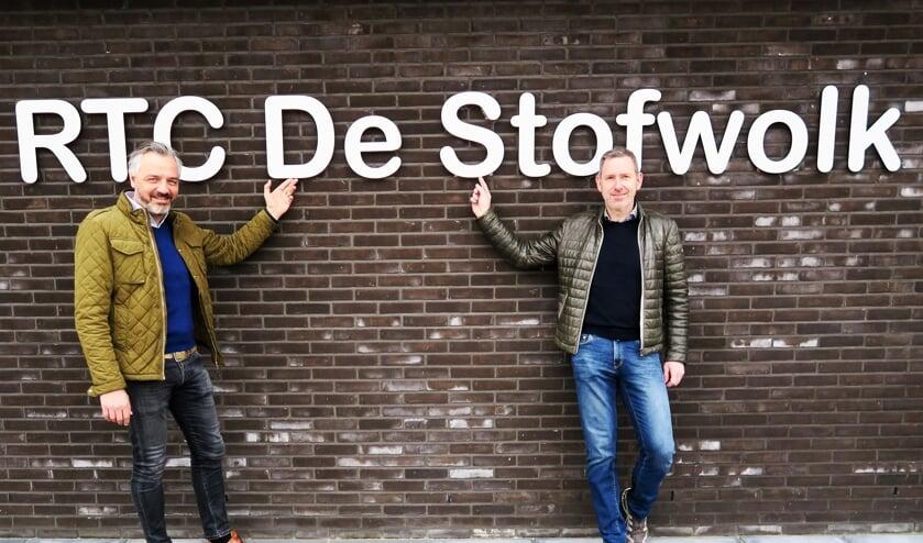 Voorzitter Dennis Rondeel (links) en vice-voorzitter Eddy Goossens van de jubilerende wielervereniging De Stofwolk. Foto: Theo Huijskes
