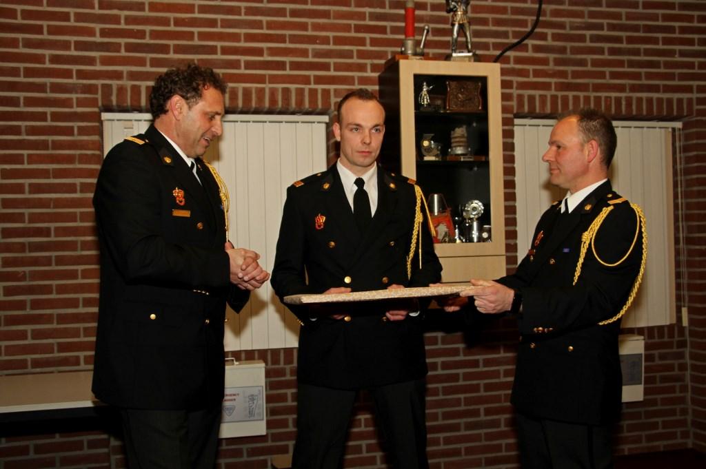 Bjorn Hekkelman (m.) kreeg van René Jolink (l.) en Gert-Jan Peppelman symbolisch post Zelhem in handen. Foto: Liesbeth Spaansen  © Achterhoek Nieuws b.v.