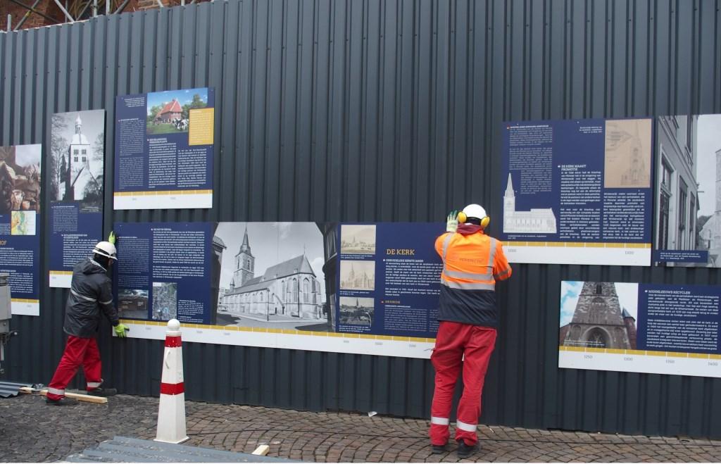 De panelen worden opgehangen. Foto: PR gemeente Winterswijk