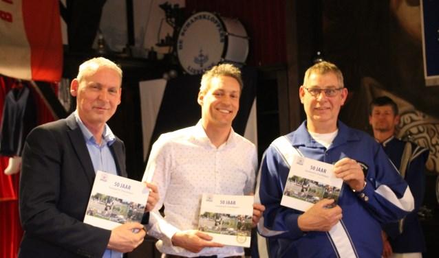 Jos Hoenderboom, Joris Pape en Eric te Brake mogen de eerste exemplaren in ontvangst nemen. Foto: Annekée Cuppers