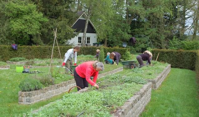 Samen aan de slag in de tuin. Foto: PR