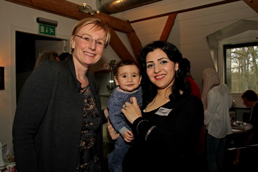 Burgemeester Besselink begroet Nour en haar dochtertje Annie. Foto: Liesbeth Spaansen  © Achterhoek Nieuws b.v.