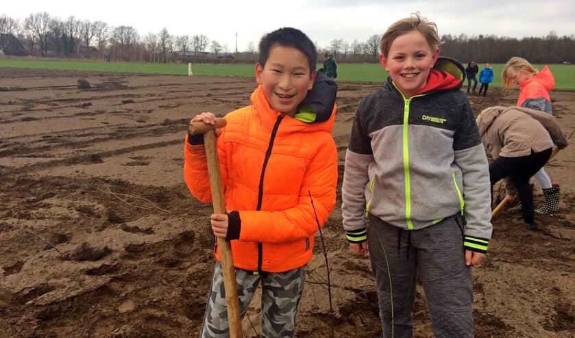 Jing en Finn plantten honderd struiken aan de Krommedijk in Hengelo tijdens Boomfeestdag. Foto:Diny Vink
