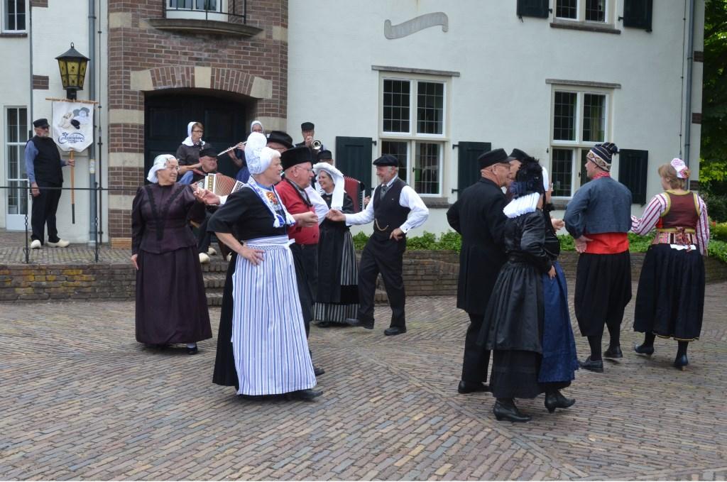 Folkloristische dansgroep De Iesselschotsers. Foto: Johan Braakman  © Achterhoek Nieuws b.v.