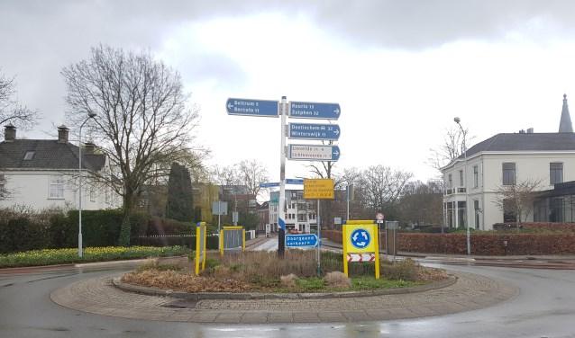 Van maandag 25 maart tot 12 april is het centrum van Groenlo niet bereikbaar via deze rotonde. Foto: Kyra Broshuis