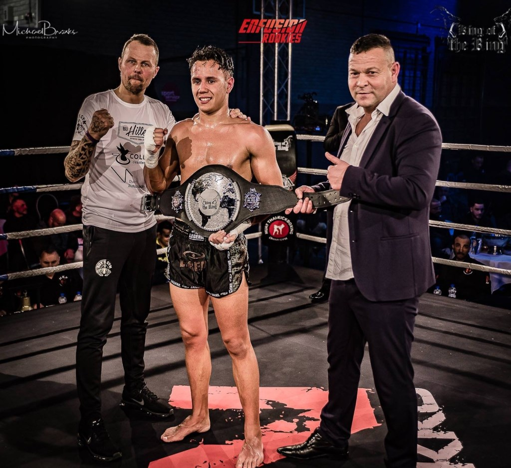 Lorenzo wint de kampioensbelt. Foto: : King of the King presents Enfusion Rookies.