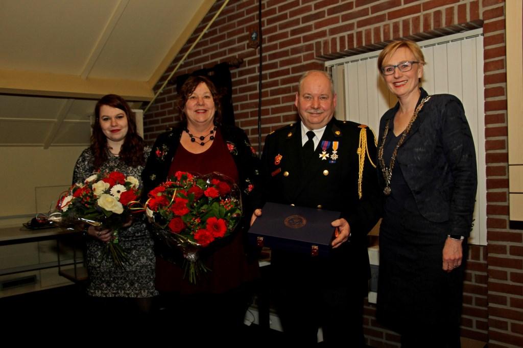 Burgemeester Marianne Besselink feliciteert Han Hobelman met zijn Koninklijke Onderscheiding. Zijn vrouw Ingrid en dochter Iris krijgen bloemen. Foto: Liesbeth Spaansen  © Achterhoek Nieuws b.v.