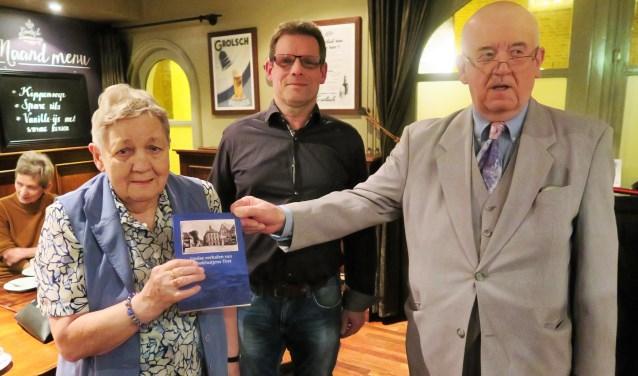 Ben Verheij overhandigt aan Agnes Brockötter-Tekampe - in het bijzijn van haar schoonzoon Tonnie van Leeuwen - het eerste boek. Foto: Theo Huijskes
