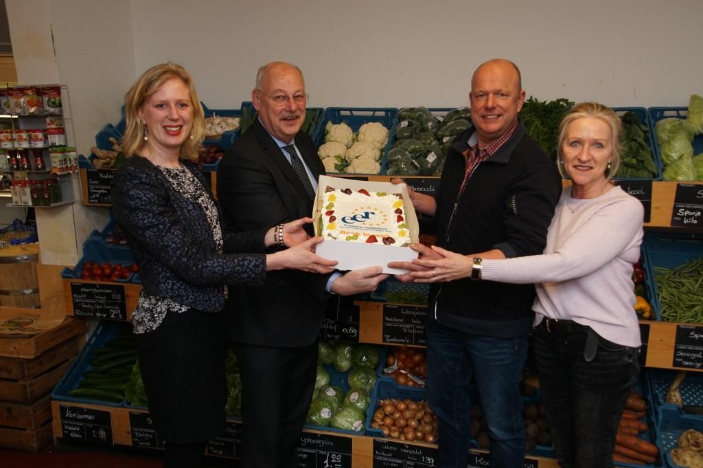 Samen met de taart op de foto in de Landwinkel. Foto: Frank Vinkenvleugel  © Achterhoek Nieuws b.v.