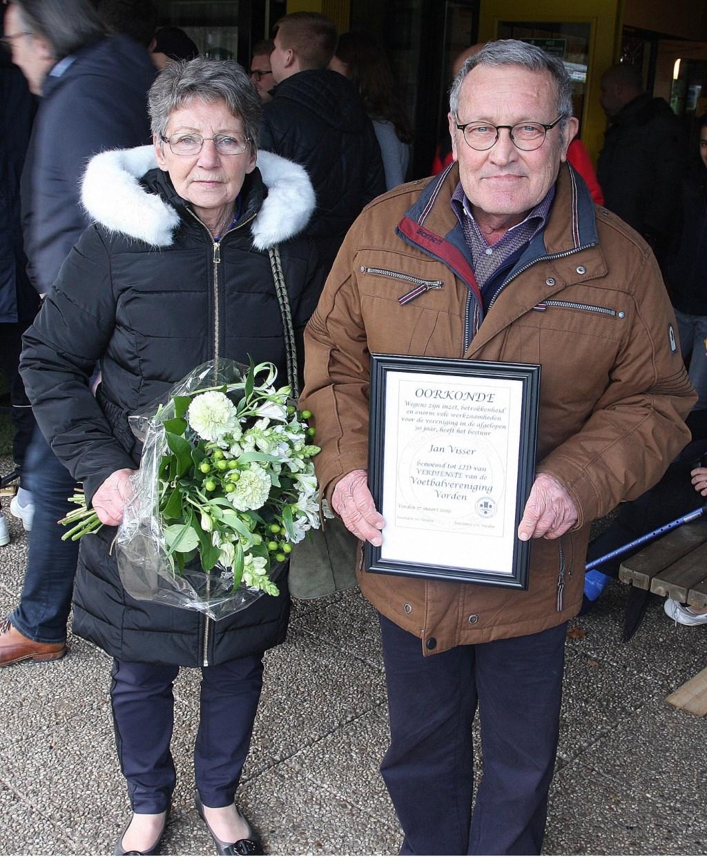 Jan Visser kreeg voorafgaand aan de wedstrijd de titel 'Lid van Verdienste'. Foto: PR