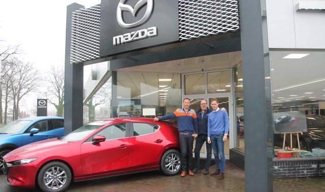 Michel te Kamp, Gerben Driessen (midden) en Daan Moester (rechts) met de nieuwe Mazda3. Foto: Lydia ter Welle