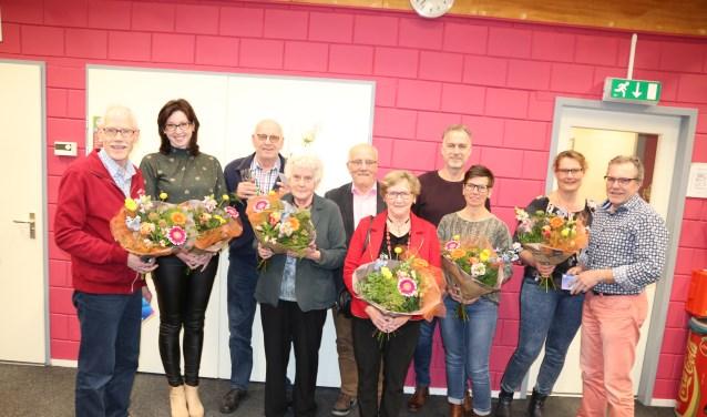 Van links naar rechts: Johan Scholl (60 jaar lid), Vera Rhebergen-Vaags (25 jaar lid), Henk Luiten (60 jaar lid), Annie Luiten, Arie Stronks (60 jaar lid), Johanna Stronks, Eward Lammers (40 jaar lid), Lianne Lammers, Siska Mateman, Erik Mateman (40 jaar). Foto: PR