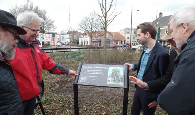 Het bord dat bij de zilverlinden werd geplaatst. Foto: Jan Hendriksen