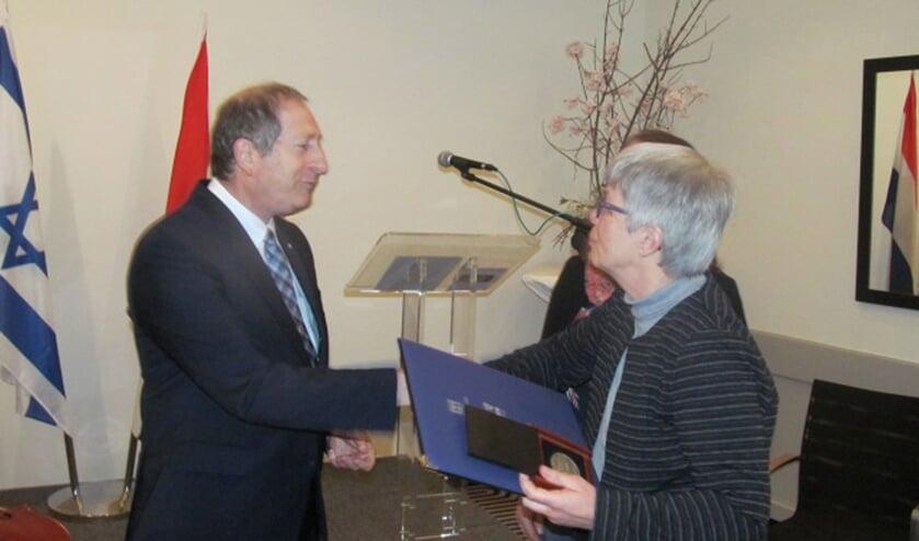 De onderscheiding werd uitgereikt door de Israëlische ambassadeur in Nederland. Foto: Bert Vinkenborg