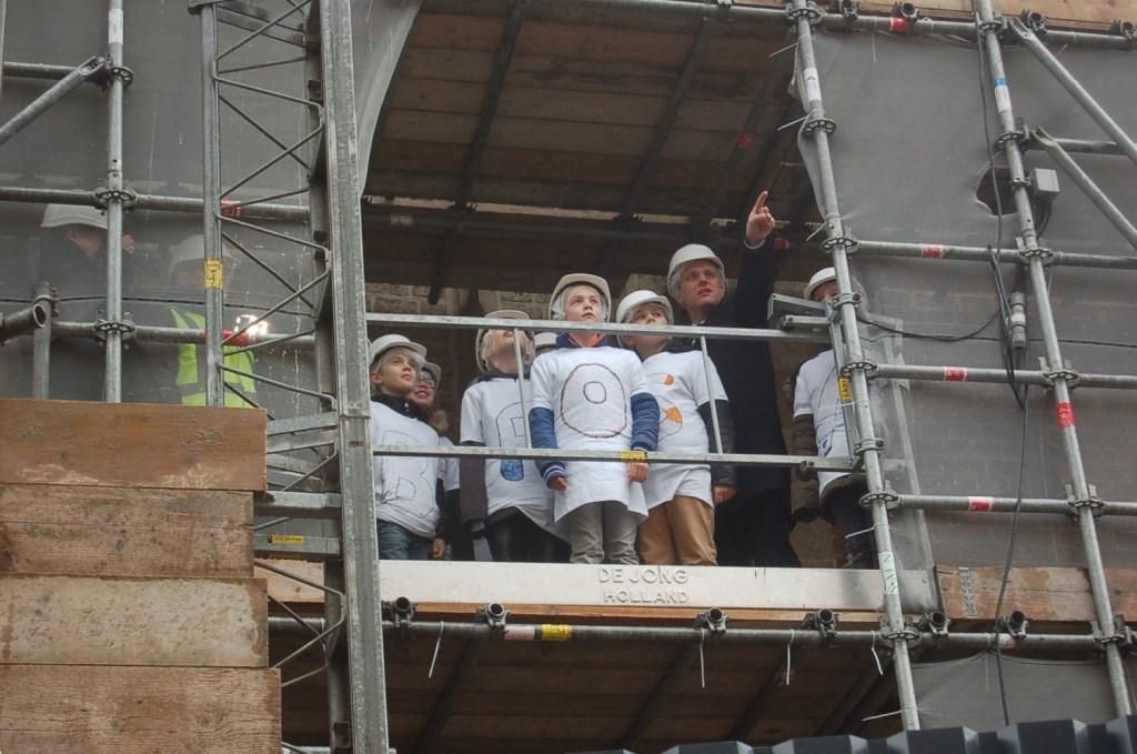 Leerlingen en de burgemeester op de steigers rond de Jacobstoren. Foto: Verona Westera  © Achterhoek Nieuws b.v.