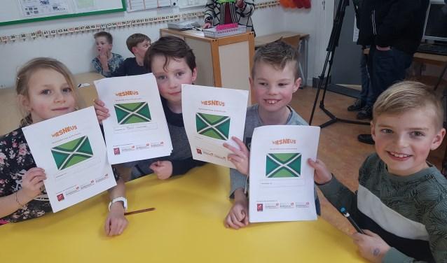 Enthousiaste kinderen van de Ludgerusschool in Zwolle krijgen hun eerste dialectles. Foto: Kyra Broshuis