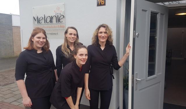 Melanie (rechts) zet zaterdag de deur open voor het publiek. Foto: Kyra Broshuis