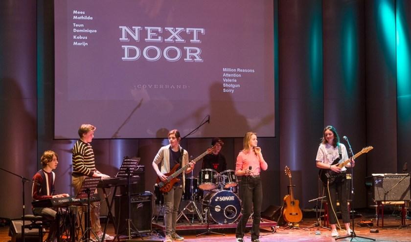 Leerlingen op het podium in Boogie Woogie,. Foto: Jurgen Pillen
