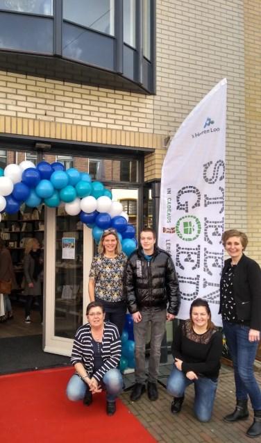 Op vrijdag 8 maart werd het logo van de nieuwe cadeauwinkel in Zutphen door cliënten en begeleiders onthuld tijdens de officiële opening. Foto: PR