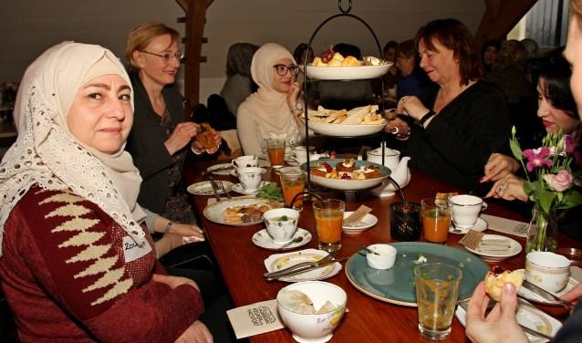 Burgemeester Besselink gaat tijdens de High Tea in gesprek met vrouwen uit Bronckhorst. Foto: Liesbeth Spaansen