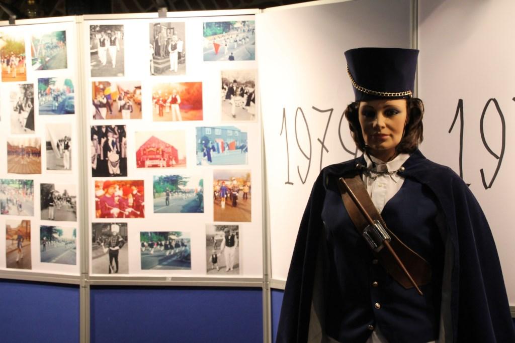 Op verschillende plekken in de zaal stonden foto-exposities en waren oude kostuums te zien. Foto: Annekée Cuppers  © Achterhoek Nieuws b.v.