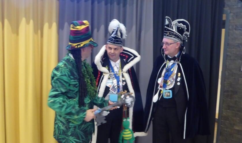 Foto: Burgemeester Joost van Oostrum overhandigt de gemeentesleutel aan prins Patrick en adjudant Albert van NCG De Vlearmuze.  Foto: Rob Weeber