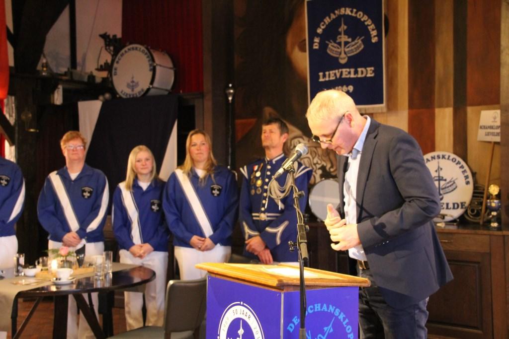 Vele sprekers, waaronder wethouder Hoenderboom, waren naar Erve Kots gekomen om de drumband te feliciteren. Foto: Annekée Cuppers  © Achterhoek Nieuws b.v.