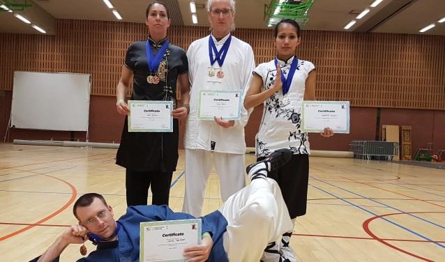 Liggend Douwe ter Horst, v.l.n.r.: Laura Bonthuis, Douwe Geluk en Argentina Cotcheza. Foto: PR