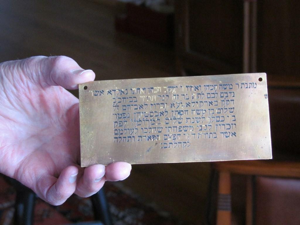 Het koperen plaatje met de Hebreeuwse tekst. Foto: Rob Stevens  © Achterhoek Nieuws b.v.