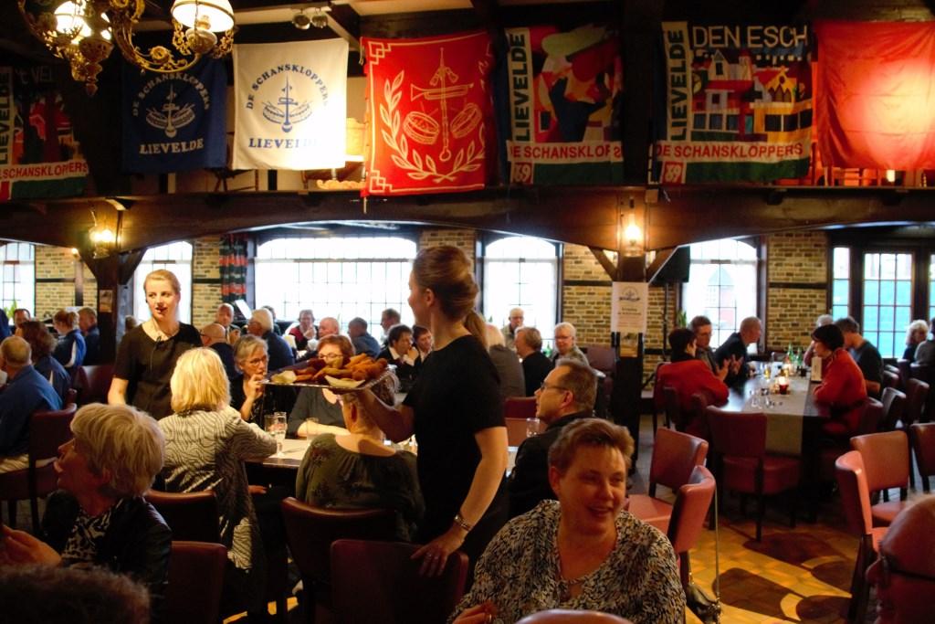De zaal bij Erve Kots is sfeervol aangekleed met vaandels. Foto: Annekée Cuppers  © Achterhoek Nieuws b.v.