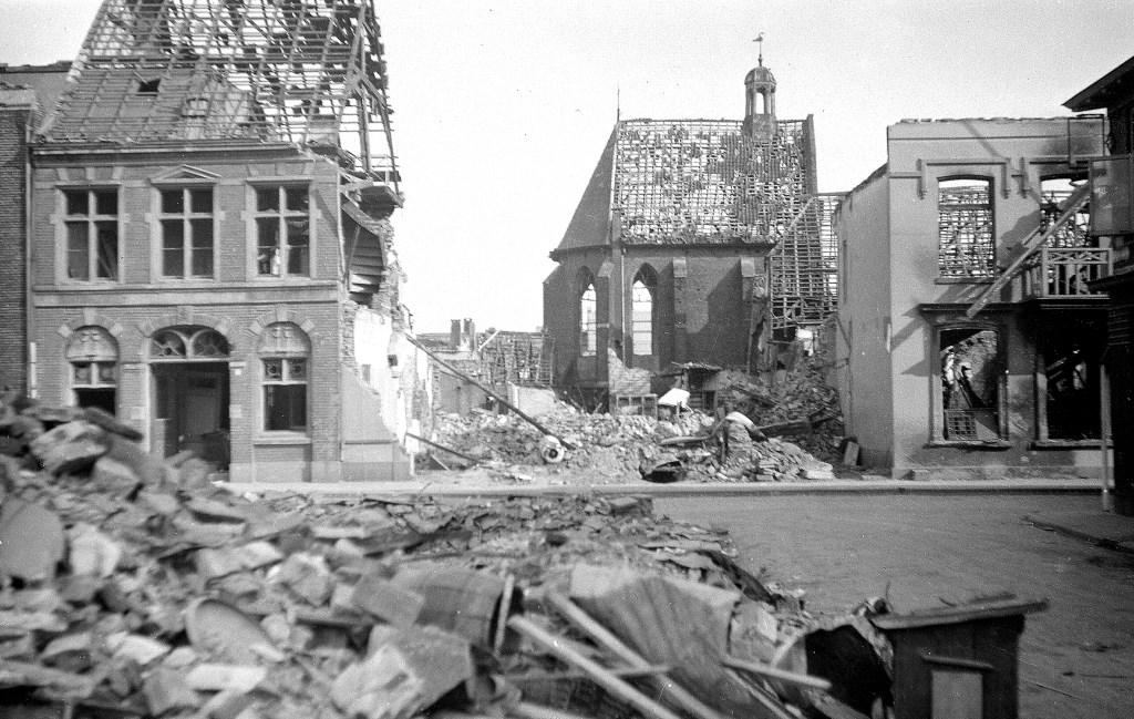 Op de voorgrond het puin van Schoenmakerij Diepenbroek. Aan de overzijde van de straat de resten van Overling's Bank en daarachter de gehavende Driekoningenkapel.  © Achterhoek Nieuws b.v.