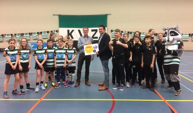 Gert Sterk overhandigde, namens zijn werkgever AVR, een cheque van950 euro aan voorzitter Henk Jan Milius voor de jeugd van KVZ. Foto: PR