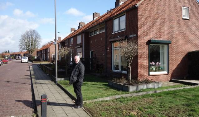 Ries de Jong in de Kastanjelaan. Net als in de jaren '50 (bijna) geen auto's voor de deur. Foto: Clemens Bielen