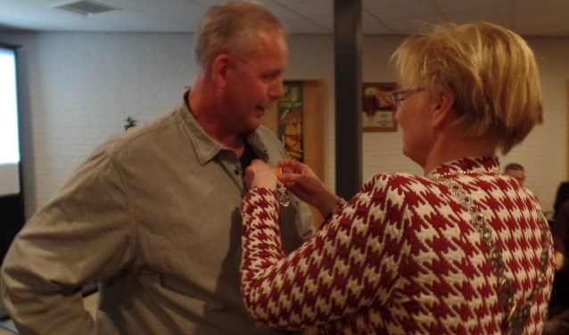 Paul Bunkers werd verrast met de Koninklijke onderscheiding door burgemeester Marianne Besselink. Foto: Jan Hendriksen