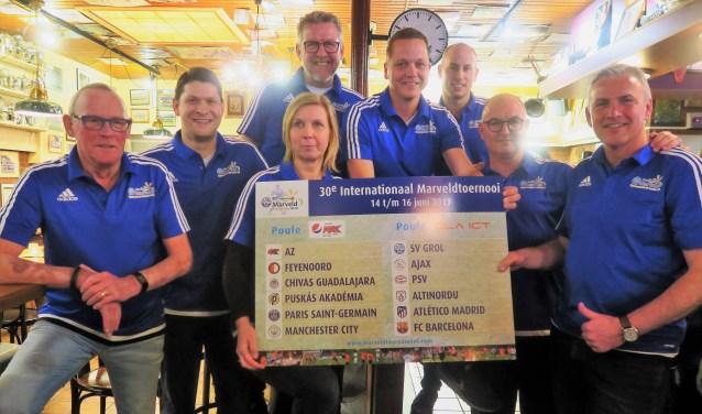 Het achthoofdige organisatieteam van het Internationaal Marveldtoernooi met de poule-indeling voor de editie 2019. Foto: Theo Huijskes