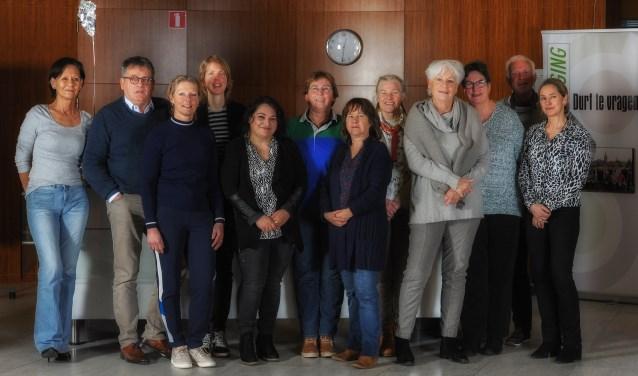 Van links naar rechts Monique, Harrie, Ria, Priscilla, Tereza, Vlok, Wilma, Rianne, Liedy, Marianne, Willem, workshopleider Mathilde. Foto: Rehaab