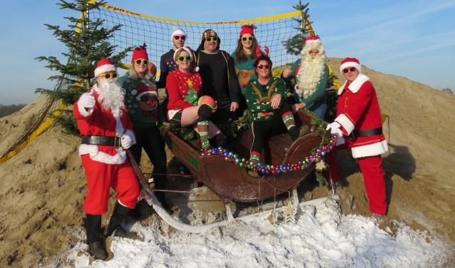 Beachcommissie van Volleybalvereniging WIK uit Steenderen is klaar voor het toernooi in kerstsfeer. Foto: PR