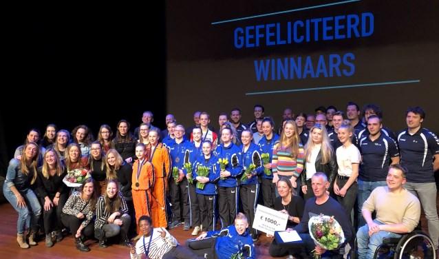 Aan het eind van de avond stonden de kampioenen, genomineerden en winnaars van de sportprijzen nogmaals in de schijnwerpers. Foto: Miriam Szalata