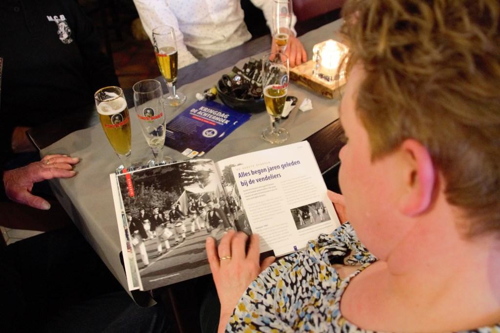 Het jubileumboek wordt met veel interesse bekeken. Foto: Annekée Cuppers  © Achterhoek Nieuws b.v.