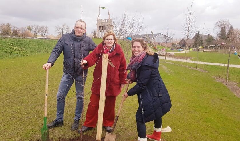 Vlnr. Paul Wallerbos van Ravott'n, wethouder Marieke Frank en Annelies Bol van Urgenda planten de appelboom bij Ravott'n. Foto: Kyra Broshuis