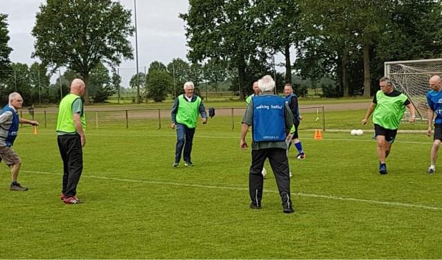 Walking Footbal vormt een leuke uitdaging voor de zestigplusser die nog graag een balletje trapt. Foto: PR