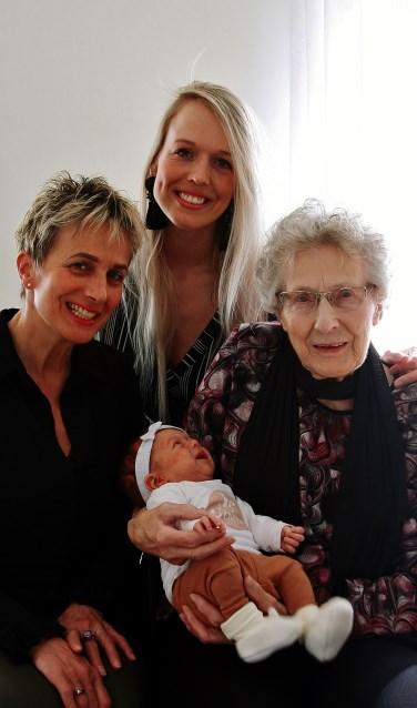 Ankie, Renske (midden) en Dien rechts met Noé op de arm. Vier generaties in de vrouwelijke lijn. Foto: eigen foto