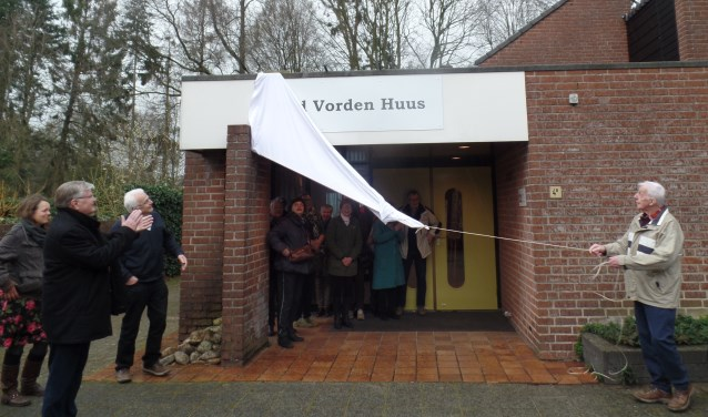 Erelid Wim Jansen van Oudheidkundige Vereniging Oud Vorden had zaterdagmiddag de eer om het nieuwe onderkomen te openen. Foto: Jan Hendriksen