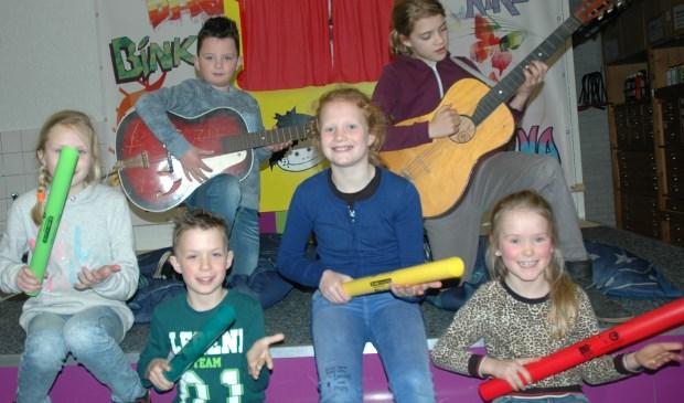 Een aantal kinderen en hun instrumenten. Foto: eigen foto