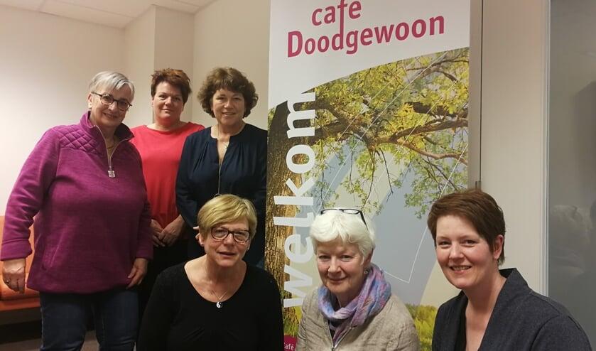 De leden van het Netwerk Palliatieve Zorg Oost-Achterhoek met zittend in het midden Trudy Willems. Anita Lankheet ontbreekt op de foto. Foto: Rob Weeber