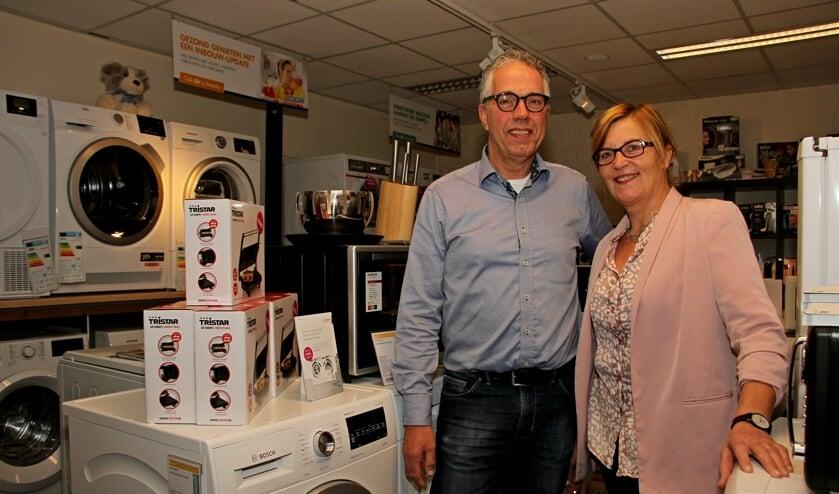 John en Hilda Rutjesin de winkeldie wordt omgebouwd naar een showroom. Foto: Liesbeth Spaansen
